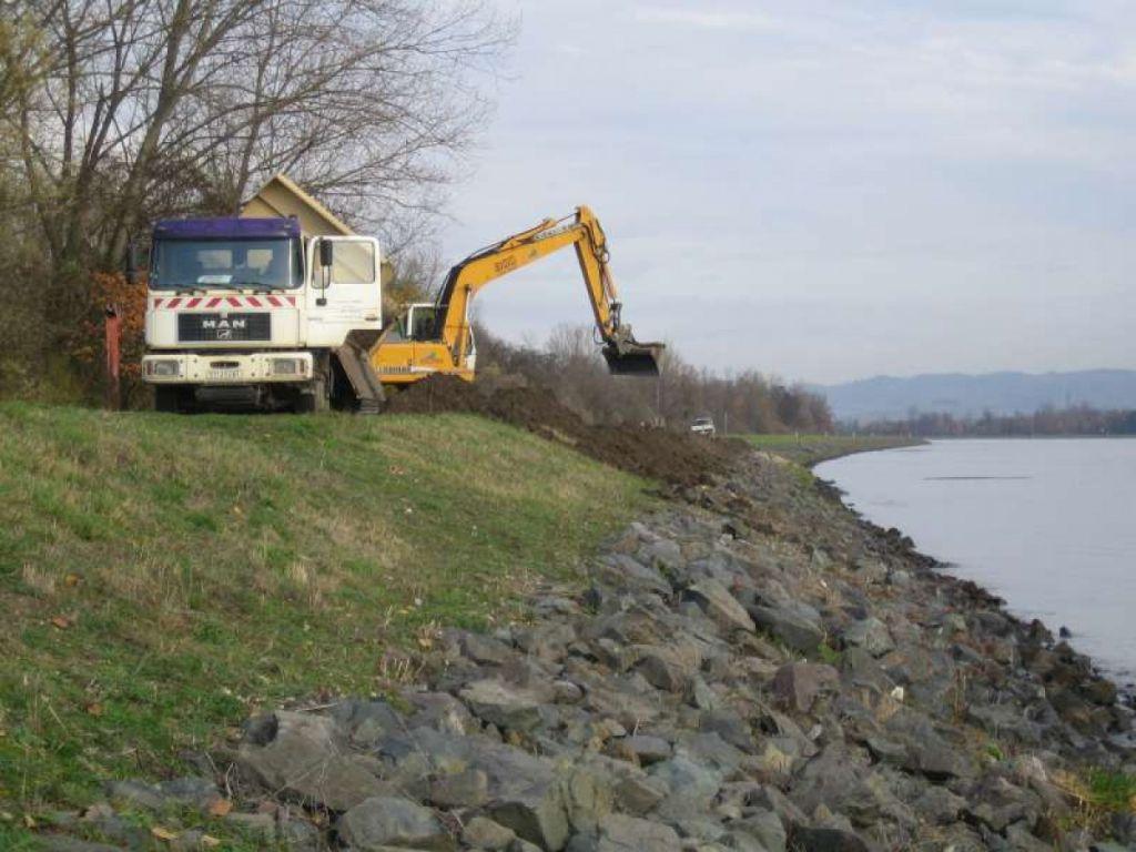 Travaux de recouvrement des enrochements en rive gauche du Rhin